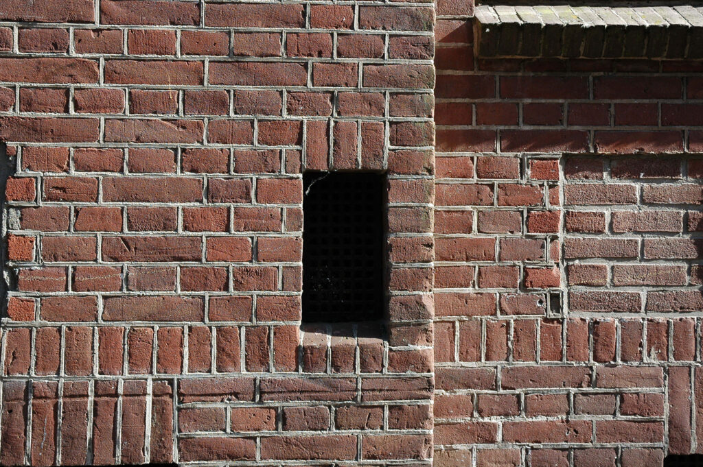 Blogartikel Ventilator Loch im Mauerwerk